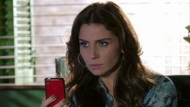 Rachel mostra a foto para Helô - A delegada decide chamar Lívia para depor novamente