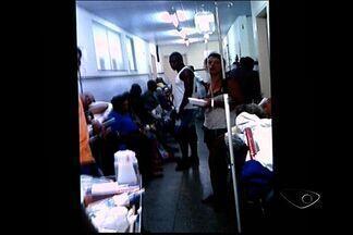 Ambulâncias ficam retidas por falta de macas no ES - As macas viraram leitos no hospital Dório Silva.