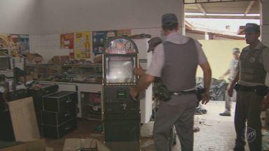 Máquinas caça-níqueis são apreendidas em galpão em Indaiatuba, SP - A Polícia Militar de Indaiatuba (SP) apreendeu, na tarde de sexta (15), pelo menos 50 máquinas caça-níqueis dentro de um galpão na Rua São Salvador. Ninguém foi preso.