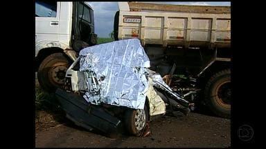 Acidente entre carro e caminhão deixa dois mortos em Uberaba - Vítimas eram ocupantes do carro