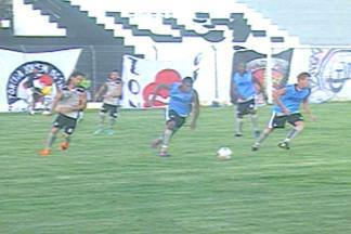 Treze se prepara para clássico contra o Botafogo-PB - Jogadores estão preocupados com a má qualidade do gramado da Graça e lamentam a ausência da torcida do Galo no estádio.