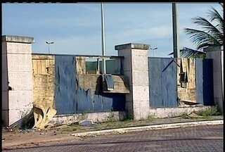 Obra abandonada é motivo de indignação em Macaé, RJ - Local está com piso destruído, entulho, mato alto, pichação e água parada.Placa indica que obra deveria ficar pronta na próxima terça-feira (19).