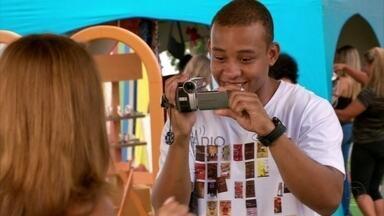 Sidney grava vídeo com Nilceia - Lucimar interrompe o evento para pedir que Nilceia tome conta de Júnior para ela