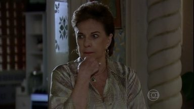 Áurea repreende Théo pela entrevista contra Lívia - Ela teme que o filho seja prejudicado por causa do desaparecimento de Morena