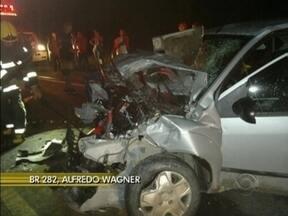Trânsito 24h: acidente entre um carro e um ônibus mata uma pessoa na BR-282 - Trânsito 24h: acidente entre um carro e um ônibus mata uma pessoa na BR-282