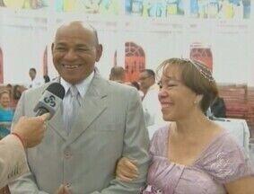 Padre celebra casamento dos próprios pais - Após 30 anos juntos, um casal resolveu oficializar a união em uma cerimônia da casamento na Igreja Católica. Porém, o padre que vai comandar a festa é o filho deles.