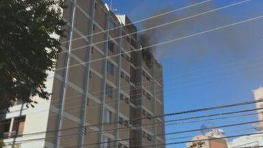 Incêndio destrói o último andar de um apartamento no centro de Campinas - Um incêndio no 7° andar de um edifício residencial na Rua Dona Libânia, no Centro de Campinas (SP), destruiu um apartamento na manhã desta quarta-feira (20). As causas do acidente estão sendo investigadas. Ninguém ficou ferido.