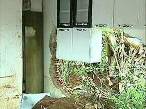 Avalanche de terra destroi casa em Londrina - A família teve que sair da casa depois de um temporal. A lama invadiu a casa e a família perdeu móveis, roupas e utensílios. Colegas de trabalho da faxineira que morava na casa estão fazendo campanha para ajudá-la.