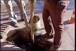 Comunidade: Começou o trabalho de limpeza dos bueiros na parte baixa de Montes Claros - Moradores sofrem e reclamam do entopimento dos bueiros em vários pontos da cidade.