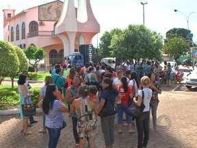 Trabalhadores do ensino público de Várzea Grande protestaram no centro da cidade - A prefeitura e o próprio Sindicato dos Trabalhadores da Educação informaram que o pagamento será feito a partir hoje.