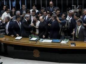 Visita de cubana provoca confusão na Câmara dos Deputados - A blogueira cubana que está visitando o Brasil chegou hoje a Brasília e foi aplaudida no plenário da Câmara dos Deputados. A interrupção da sessão provocou protestos por parte de parlamentares da bancada governista.