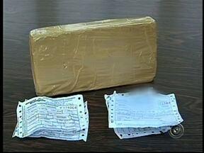 Duas pessoas são detidas suspeitas de tráfico de drogas em Itaí, SP - Duas pessoas foram presas nesta quarta-feira (20) por suspeita de tráficos de drogas, em Itaí (SP). Com a dupla foi apreendido aproximadamente um quilo de cocaína.