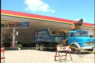 Carros são retirados sob cobertura de um posto de combustível que desabou - No distrito de Jundiapeba em Mogi das Cruzes, seis carros foram retirados sob o teto de um posto de gasolina que desabou com a chuva. A prefeitura e o corpo de bombeiros informou que a responsabilidade é do dono estabelecimento.