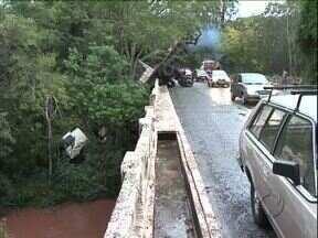 Caminhão despenca de ponte na PR-082 perto de Cianorte - Dois caminhões bateram de frente em cima da ponte sobre o rio Ligeiro. Um dos veículos despencou de uma altura de 10 metros. Uma pessoa ficou gravemente ferida.