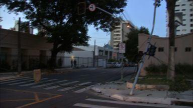 Caminhão arrasta quatro postes e dois semáforos em acidente em Fortaleza - Acidente aconteceu na Rua Padre Valdevino, próximo à Rua Joaquim Nabuco.