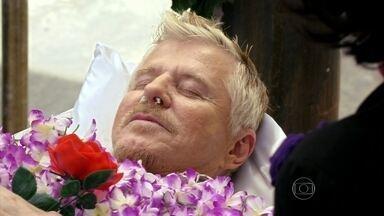 Pé na Cova - Episódio O primeiro homem na lua - Para burlar a fiscalização Ruço precisa se fingir de morto