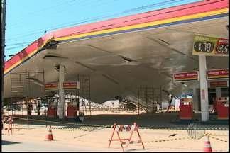 Escombros de posto de gasolina são retirados - Os escombros do posto de gasolina que desabou na segunda-feira (18) estão sendo retirados. O trabalho é feito com cuidado porque uma das bombas do posto foi atingida.