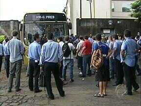 Greve de motoristas e cobradores causa confusão nas ruas e manifestantes se desentendem - Motoristas de ônibus que tentaram trabalhar hoje (22) no primeiro dia de greve dos trabalhadores do transporte coletivo foram impedidos por manifestantes.
