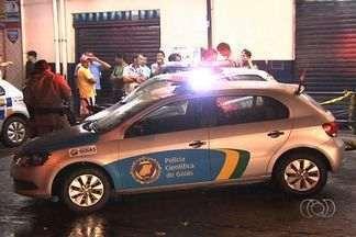 PM reage a assalto, mas arma falha e ele é baleado na cabeça, em Goiás - Ação aconteceu em um supermercado de Aparecida de Goiânia.Jovem foi preso e dois menores, apreendidos; quarto suspeito está foragido.