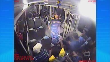 Polícia divulga imagens de assalto que matou mulher dentro de ônibus em Jaboatão - Usuários de transporte coletivo em Pernambuco se queixam de ameaça constante à segurança.