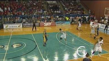 Equipe de basquete de São José dos Campos pode ter corte de verba - A decisão da prefeitura de São José dos Campos (SP) de cortar parte da verba destinada ao esporte provoca discussões. Uma das equipes que pode ser atingida é a do basquete, que está no Equador para representar a cidade num torneio continental.
