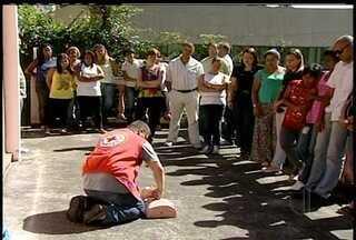 Voluntários que moram na Região Serrana passam por treinamento da Defesa Civil - Curso é oferecido pelo Corpo de Bombeiros e pela Cruz Vermelha.
