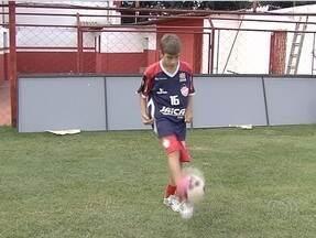 Filho do artilheiro Túlio Maravilha, Tulinho tenta a chance no Vila - Jovem ingressou na equipe Sub-15 do Tigre recentemente e, ao contrário do pai, preferiu ser lateral.
