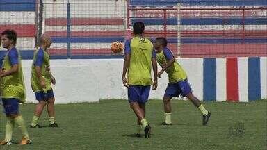 Ronaldo Angelim é a novidade no treino do Fortaleza - Zagueiro estava com cansaço muscular, mas já se recuperou e treina com restante do elenco do Tricolor do Pici.
