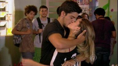 Bruno dá beijão em Fatinha - Mesmo depois dos foras que levou, o rapaz insiste e Fatinha se entrega
