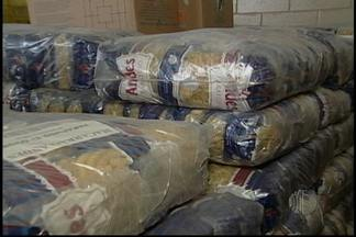 Alimentícios usados na merenda escolar são incinerados - Em Suzano, 15 toneladas de alimentícios usados na merenda escolar foram incinerados. A decisão foi tomada depois que a vigilância sanitária não aprovou a forma de armazenamento dos produtos.