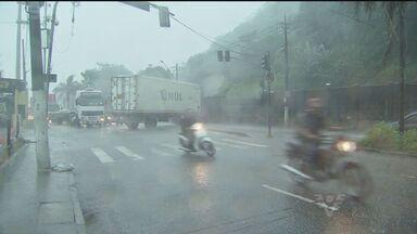 Frente fria chega a Baixada Santista e chuva causa estragos na região - A frente fria, prevista para esta sexta-feira (22), chegou a Baixada Santista, no litoral de São Paulo. As chuvas causaram estragos na região.