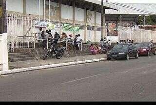 Pais dormem em frente a escolas para conseguir vagas em Aracaju - Os familiares dos alunos da rede pública de educação de Sergipe dormiram em frente a algumas escolas na noite deste domingo (25) para conseguirem alguma vaga na unidade de ensino.