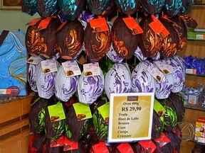 Produção de ovos de chocolate já está a todo vapor - Mercados e lojas especializadas já estão todos enfeitados para os clientes. É claro que o consumidor está de olho mesmo nos preços. E tem doce pra todos os bolsos: de menos de dez até 200 reais.