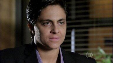 Helô quer infiltrar Jô na investigação do tráfico de pessoas - Depois de discutir com Stenio, a delegada pede para Lucimar ajudá-la a encontrar o endereço de Wanda