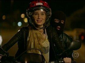 Veja os bastidores da perseguição de moto de Guerra dos Sexos - Raquel Bertani e Thiago Rodrigues explicam como gravaram a sequência de ação
