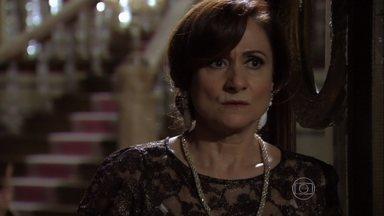 Berna fica apavorada com ameaças de Wanda - A vilã desconversa quando Lívia percebe que ela estava falando com alguém no telefone