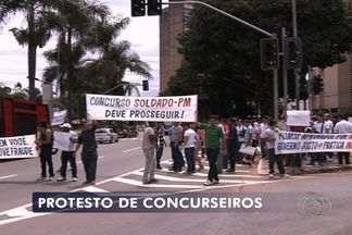 Candidatos de concursos cancelados fazem novo protesto, em Goiânia - Concurseiros pedem que certames não sejam cancelados e esperam falar diretamente com o governador. Marconi Perillo pediu mais agilidade nas investigações.