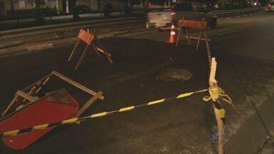 Faixa da Avenida Orosimbo Maia, em Campinas precisou ser interditada - O trânsito deve ficar complicado na Avenida Orosimbo Maia, em Campinas (SP) nesta sexta-feira (1º), um trecho da via afundou e uma das faixas no sentido bairro/centro precisou ser interditada.