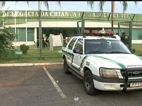 Adolescentes que agrediram menino de 13 anos são autuados por tentativa de homicídio - O menino de 13 anos que foi atacado por cinco adolescentes na Estrutural está internado. Ele teve 64% do corpo queimado e traumatismo craniano. A polícia diz que o motivo do crime foi ciúmes.
