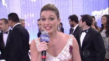 Kika Martinez apresenta a concentração dos convidados - Os astros e estrelas aguardam a maior premiação da TV brasileira com tranquilidade
