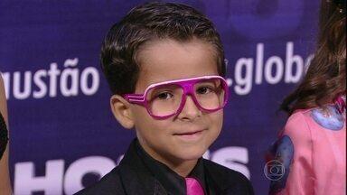 Luiz Felipe Mello homenageia as colegas na concentração - Ao lado de Mel Maia e Ana Karolina Lannes, ator usou óculos cor de rosa