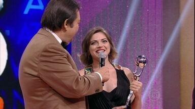 Titina Medeiros ganha o troféu de Atriz Revelação - Cacau Protássio e Débora Nascimento também foram indicadas