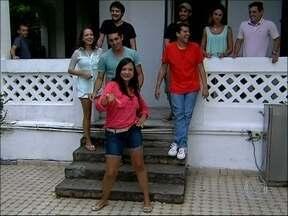 Ex-aluno de Garib, repórter do Mais Você quer saber se ator ainda é bravo - Adriano Garib dá aulas de teatro e recebe depoimentos de estudantes