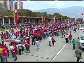 Venezuelanos continuam a se despedir de Hugo Chávez - Nicolás Maduro toma posse nesta sexta-feira (8) como presidente interino da Venezuela. Ele já deixou claro que pretende transformar Hugo Chávez em mito. Os venezuelanos continuam a se despedir do chefe de Estado.