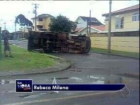 Acidente no Capão Raso, em Curitiba - Um caminhão tombou depois de se envolver em um acidente com um ônibus de linha.