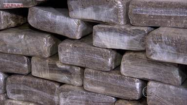 Cinco homens suspeitos de tráfico de drogas são presos em Belo Horizonte - Apreensão das drogas e prisão dos suspeitos foi feita na madrugada desta sexta-feira (8). Polícia investiga participação dos homens em quadrilha de tráfico de drogas.