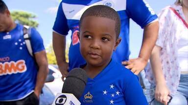 Garoto Ítalo rouba a cena entre torcedores do Cruzeiro na Toca da Raposa - Torcedor mirim esteve no centro de treinamento para ver de perto os jogadores do time celeste.