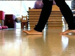 Equilíbrio e atenção ao caminhar previnem quedas - A maioria dos tombos acontece dentro de casa, mas muitas pessoas se machucam nas calçadas. Os braços devem articular a caminhada. Em caso de descidas íngremes, a dica é descer de lado. Gravidez muda o centro de gravidade.