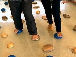 Treinar o equilíbrio ajuda a evitar quedas - Os braços devem articular o caminhar. O olhar atento identifica obstáculos. A musculatura do dedão e do arco do pé precisa ser fortalecida. Ivaldo Bertazzo, especialista nos movimento do corpo, ensina exercícios para prevenir quedas.