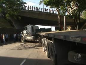 Motorista perde controle de carreta e invade pista em Salvador - O acidente causou grande congestionamento no local.